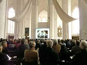 Kontrastreiche Hellraumprojektion bei Tageslichteinfall im Dom zu Lübeck. Eventtechnik Hamburg LCD Display Vermietung Audio