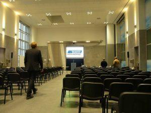 kontrastreiche Hellraumprojektion in einer Präsentationshalle
