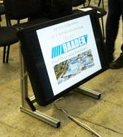 LED / LCD Displays im Bereich 37, 42, 46, 50 oder 55 Zoll können sehr einfach mit unseren Monitorbodenständern als Kontrolldisplays bei Diskussionsrunden, Tagungen und Veranstaltungen verwendet werden. Tagungstechnik