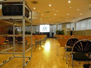 Gain 26 Hellraumleinwand - Projektion in gläsernem gebäude mit viel Tageslichteinfall Bühnentechnikverleih Konferenztechnikverleih